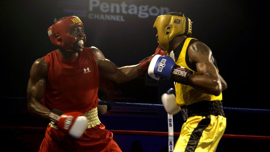 Deux boxeurs en plein combat sur un ring