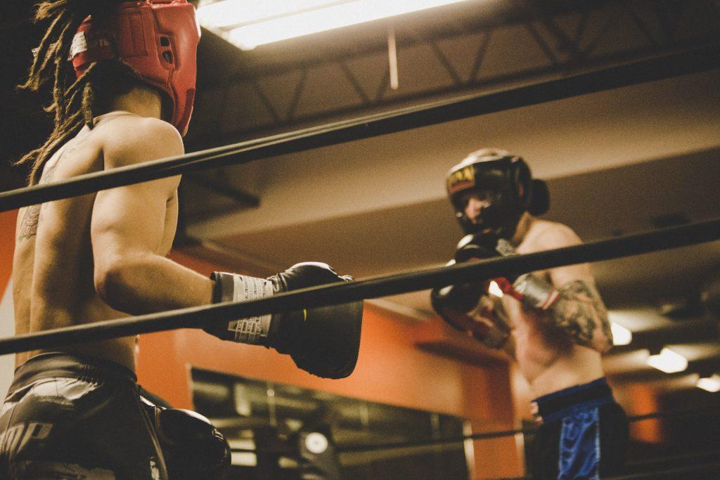 Deux boxeurs combattent sur le ring