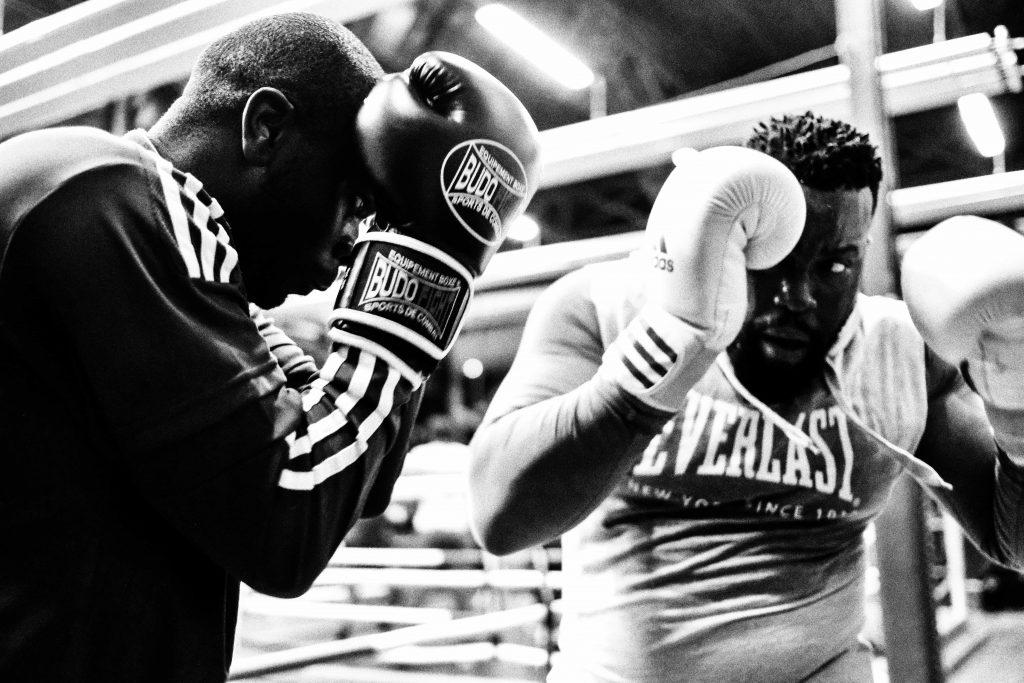 Deux boxeurs au milieu d'un combat