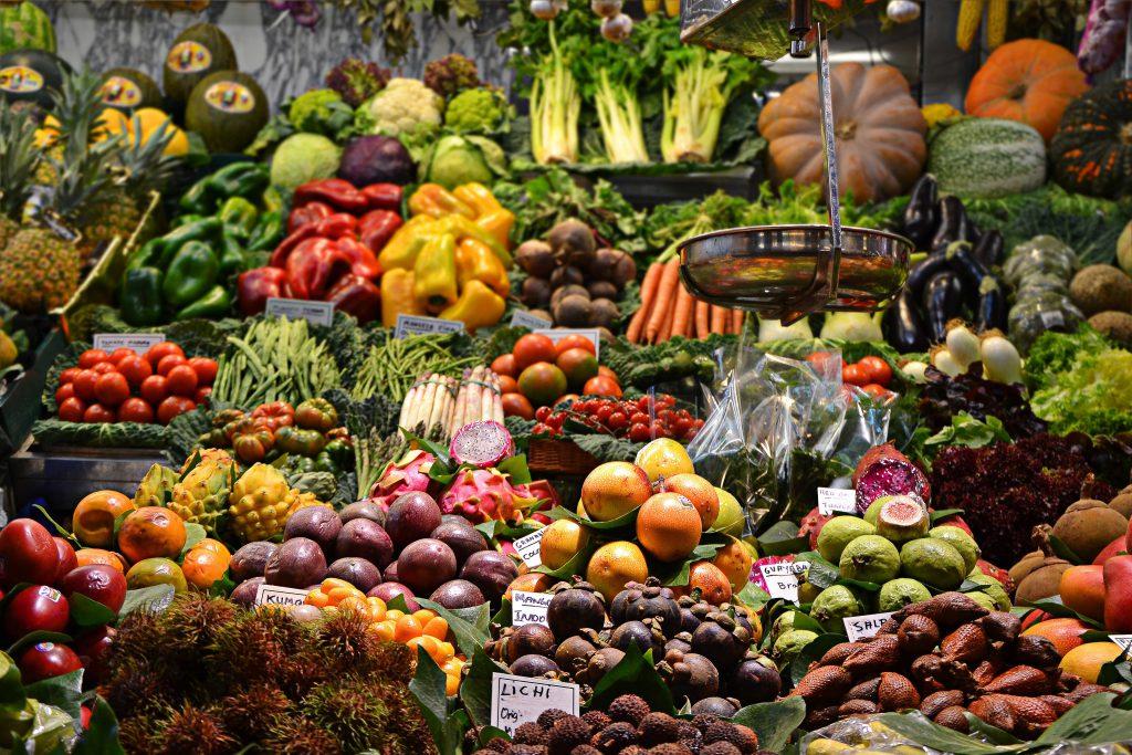 Stand d'un marché proposant des fruits et des légumes