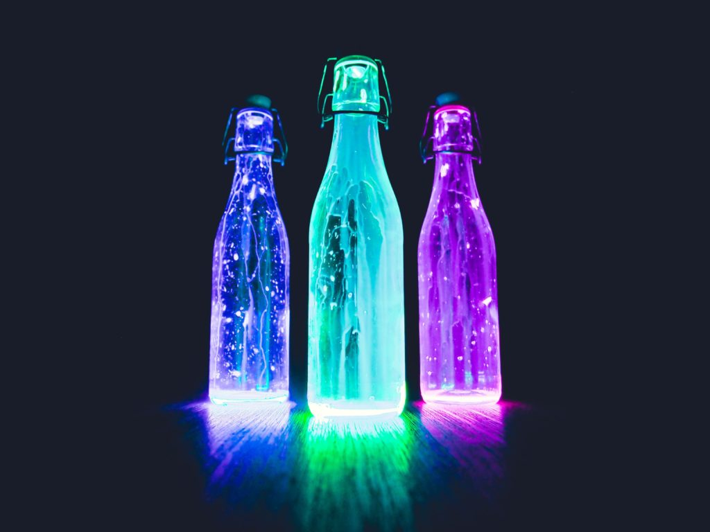 Trois bouteilles très colorées