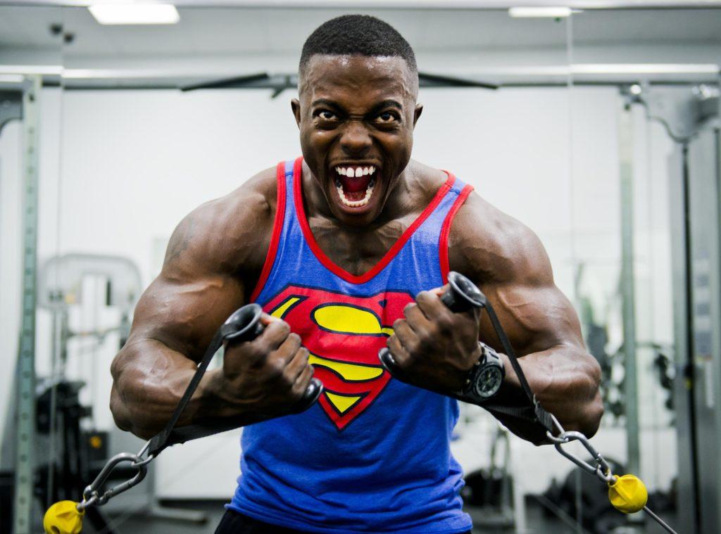 Bodybuilder qui force beaucoup